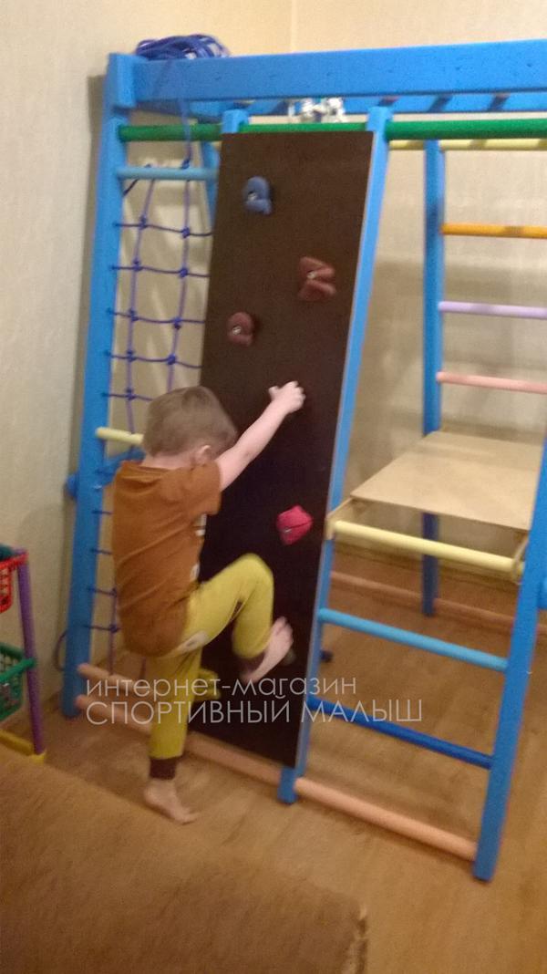 Малыш занимается на детском спортивном уголке со встроенным скалодромом - ДСК Альпинист